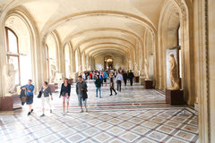 Turister på Louvre, Paris Royaltyfri Foto