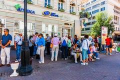 Turister på mötesplatsen pekar längst ner av den Arbat gatan av Mo Royaltyfria Bilder
