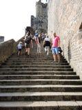 Turister på moment till den Mont Saint-Michel abbotskloster Royaltyfri Fotografi