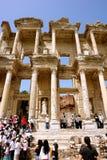 Turister på momenten av fördärvar av det forntida romerska arkivet Arkivfoton