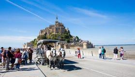 Turister på Mont Saint Michel Royaltyfri Fotografi