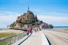 Turister på Mont Saint Michel Arkivbild