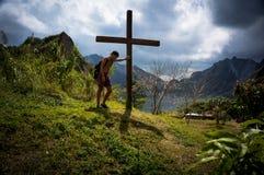 Turister på monteringen Pinatubo Royaltyfri Foto