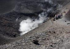 Turister på Mt. Etna Royaltyfri Fotografi