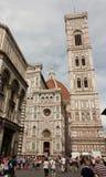 Turister på Piazza del Duomo framme av domkyrkan av Floren Arkivfoto