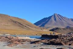 Turister på Piedras Rojas av den Atacama öknen, i Chile Arkivbild