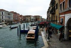 Turister på pizzeria i Venedig, Italien royaltyfria bilder