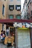 Turister på pizzeria i Venedig, Italien arkivfoto