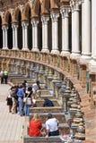 Turister på Plaza de Espana, Seville, Spanien Royaltyfri Fotografi