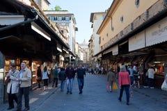 Turister på Ponte Vecchio Arkivbild