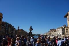Turister på Ponte Vecchio i Florence fotografering för bildbyråer