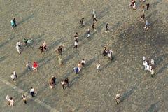 Turister på Prague den gamla stadfyrkanten Royaltyfri Foto
