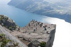Turister på predikstolen vaggar/Preikestolen, Norge Royaltyfri Bild
