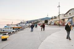 Turister på promenad i den Yalta staden i afton Royaltyfri Fotografi