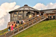 Turister på Refugio Paion, Alpe Cermis, Dolomite, Italien Royaltyfri Bild