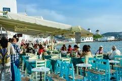 Turister på restaurangen på stranden Arkivbilder