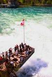 Turister på Rheinfall, Schweiz 1 Arkivfoto