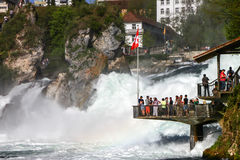 Turister på Rheinfall, Schweiz 2 Arkivfoto