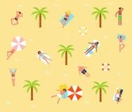 Turister på sandstranden Royaltyfri Foto
