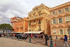 Turister på slott kvadrerar i Monaco-Ville, Monaco Arkivfoto
