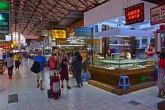 Turister på smyckenavsnittet inre Bogyoke Aung San marknadsför Arkivbild