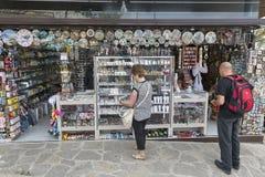 Turister på souvenir shoppar i San Marino Arkivbild