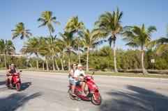 Turister på sparkcyklar i Key West Royaltyfri Foto
