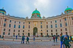 Turister på St Michael Wing av den Hofburg slotten Wien Europa fotografering för bildbyråer