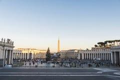 Turister på St Peter ` s kvadrerar i Vatican City, Vaticanen Fotografering för Bildbyråer