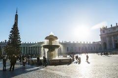 Turister på St Peter ` s kvadrerar i Vatican City, Vaticanen Royaltyfri Bild