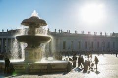 Turister på St Peter ` s kvadrerar i Vatican City, Vaticanen Royaltyfri Fotografi