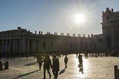 Turister på St Peter ` s kvadrerar i Vatican City, Vaticanen Arkivbilder
