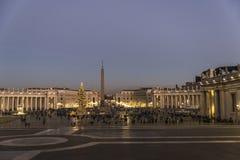 Turister på St Peter ` s kvadrerar på natten i Vatican City som är vatic Royaltyfri Foto