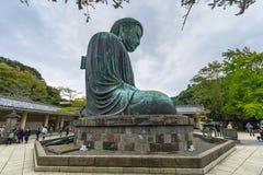 Turister på statyn av den stora Buddha av Kamakura, Japan Arkivbild