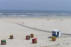 Turister på stranden Arkivfoto