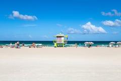Turister på stranden i den södra stranden Miami Arkivfoto