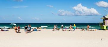 Turister på stranden i den södra stranden Miami Royaltyfria Bilder