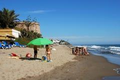 Turister på stranden, Marbessa Royaltyfri Fotografi