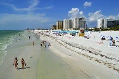 Turister på stranden som tycker om solen Arkivbild