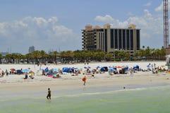 Turister på stranden som tycker om solen Royaltyfria Foton