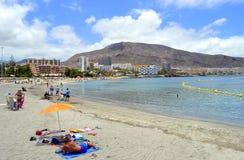 Turister på stranden som tycker om solen Fotografering för Bildbyråer