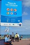 Turister på strandpromenaden på Playa de Las Canteras i Las Palmas Arkivfoto
