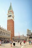 Turister på Sts Mark fyrkant i Venedig, Italien Royaltyfri Bild