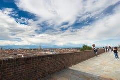 Turister på synvinkeln i den historiska mitten av Torino (Turin, Italien) Cityscape med vågbrytaremyran Royaltyfri Bild