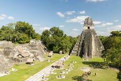 Turister på tempel I i Tikal Royaltyfri Foto