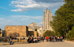 Turister på Templo de Debod i Madrid på skymning Royaltyfri Fotografi