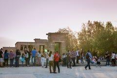 Turister på Templo de Debod i Madrid på skymning Arkivbild