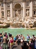 Turister på Trevi-springbrunnen Rome Italien Arkivfoto