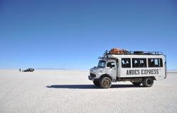 Turister på Uyunien saltar lägenheter Arkivbilder