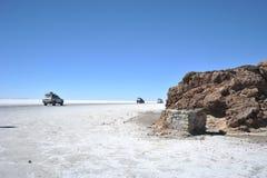 Turister på Uyunien saltar lägenheter Fotografering för Bildbyråer
